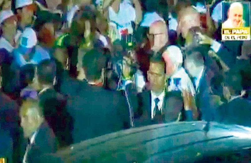 Fieles se cayeron por saludar a papa