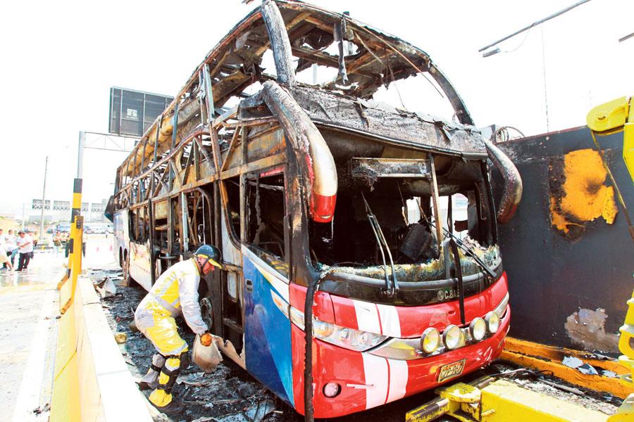 Bus de la empresa Guadalupe incendiado