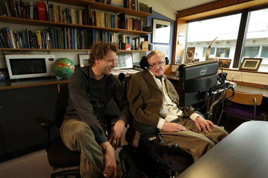 Stephen Hawking junto al belga Thomas Hertog