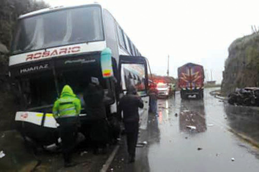 accidente entre bus interprovincial y auto