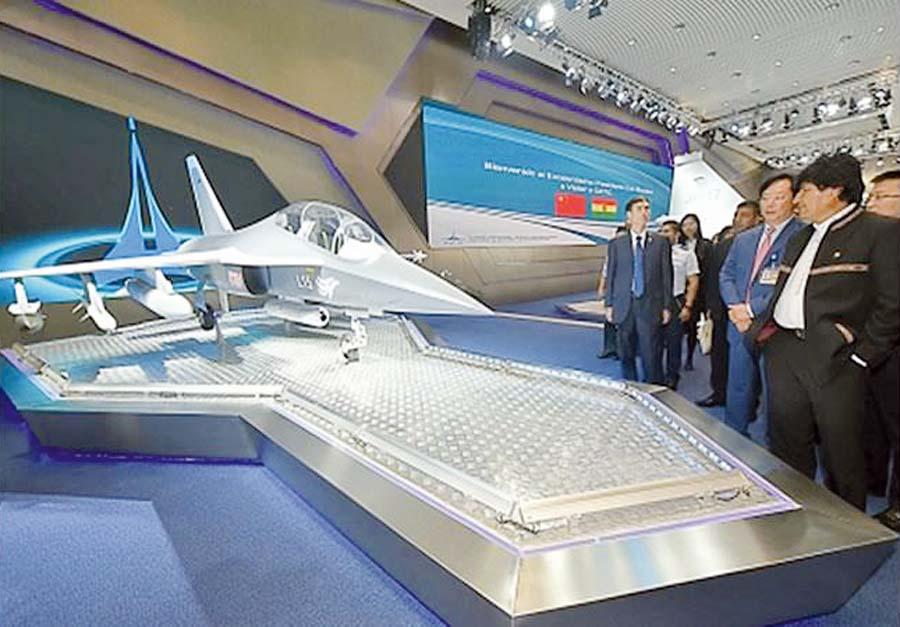 El presidente de Bolivia, Evo Morales, visitó los principales consorcios aeroespaciales chinos, donde pudo apreciar los últimos desarrollos de aeronaves militares.