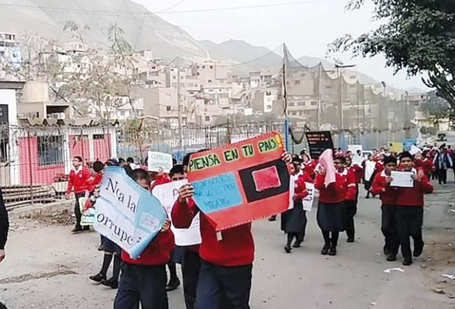 Estudiantes desfilan contra la corrupción