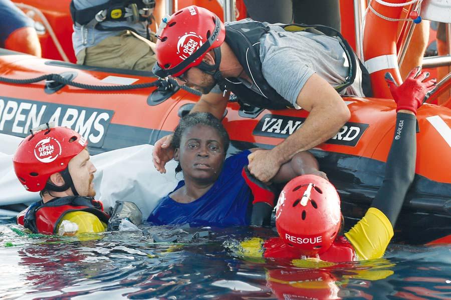 Mujer sobrevive 48 horas flotando en el mar