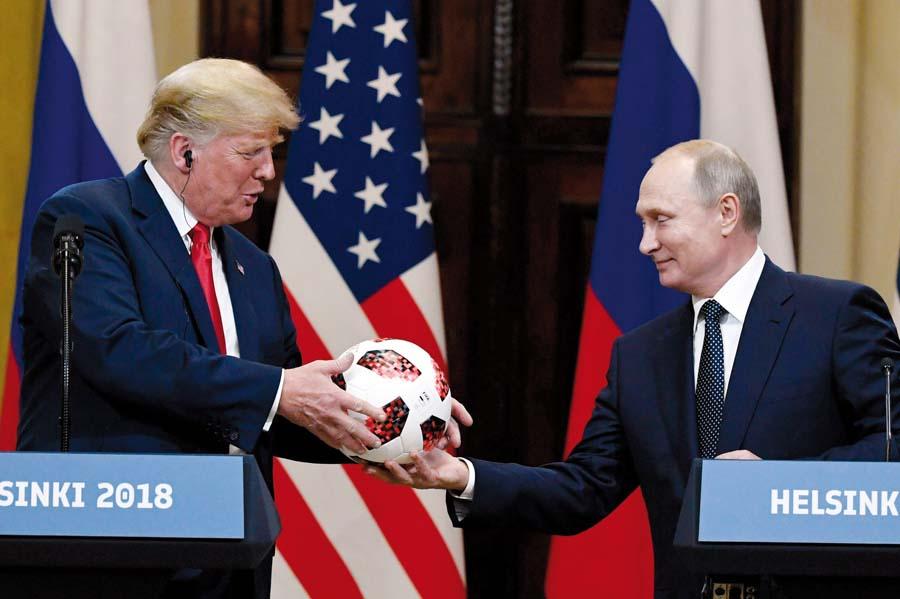 Presidente de Rusia, Vladimir Putin, le entregó ayer una pelota de fútbol a su par estadounidense, Donald Trump