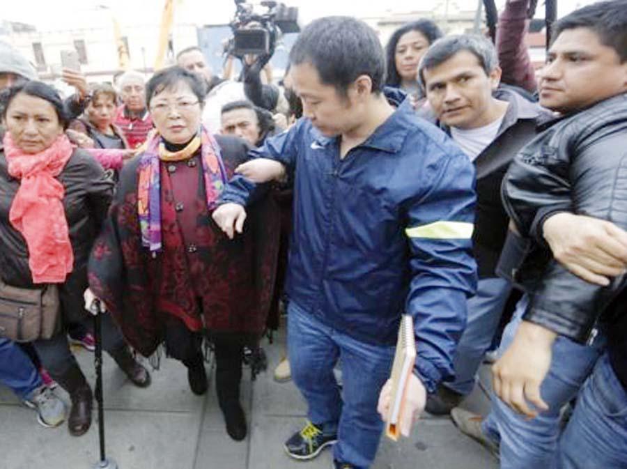Kenji Fujimori y su madre Susana Higuchi