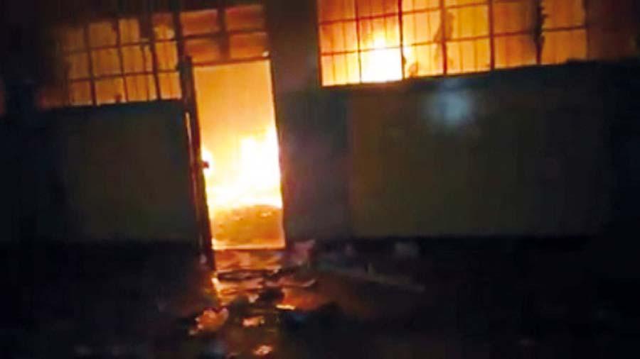 Personeros incendian colegio en Huánuco