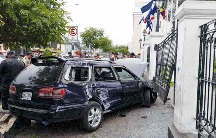 Auto se estrella contra el Congreso