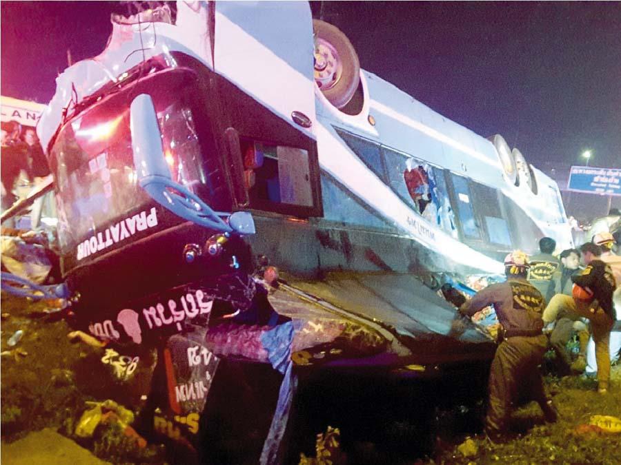 6 muertos al volcarse bus turístico