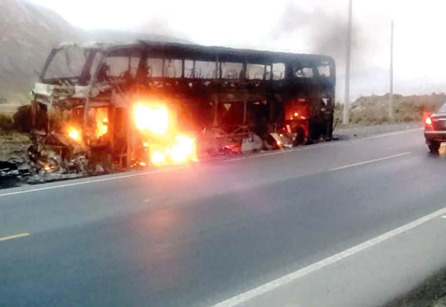 Bus con más de 50 pasajeros se incendia en Carretera Central