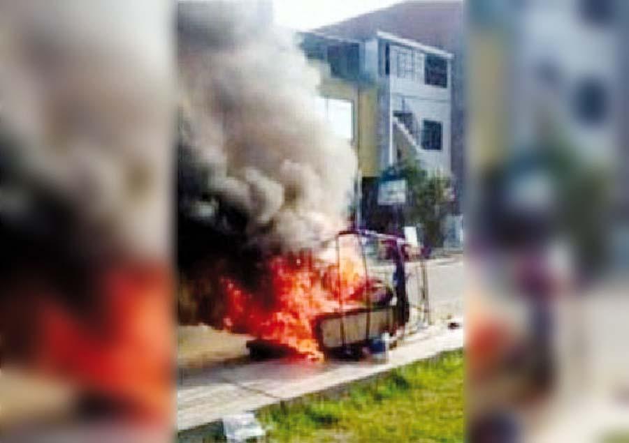 Vecinos queman mototaxi de ladrones