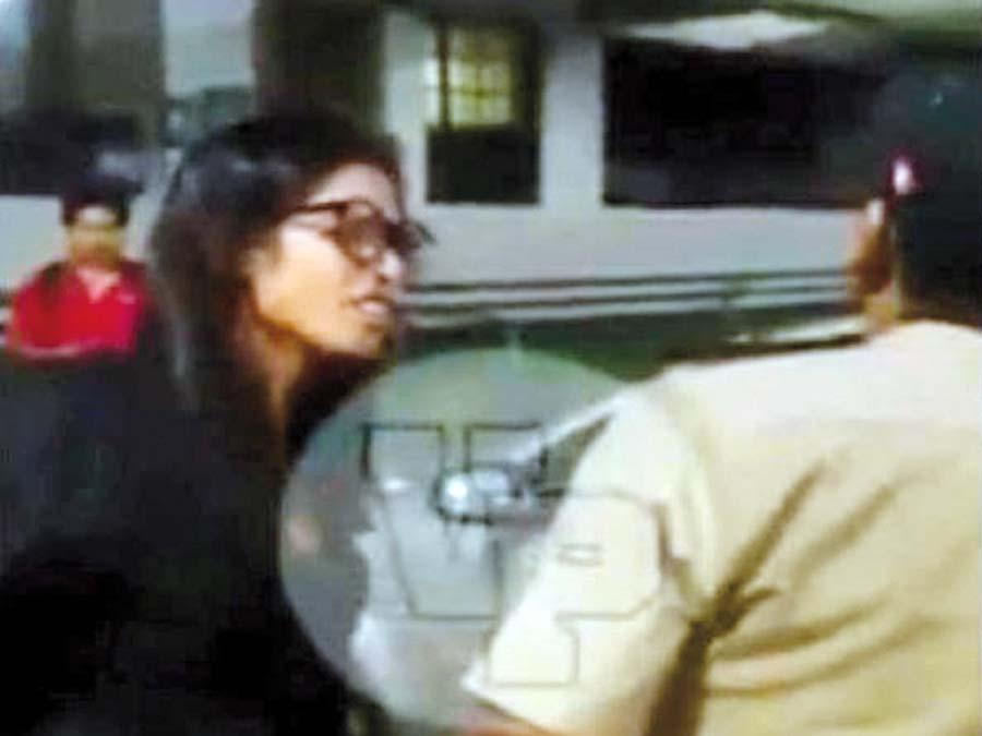 Jóvenes lanzan insultos racistas a policías