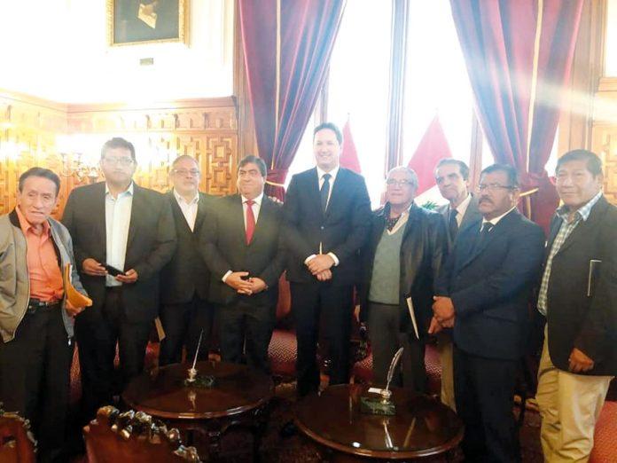 Daniel Salaverry y miembros de la Asociación de Fonavistas y Pensionistas del Perú