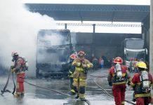 Incendio destruye dos buses