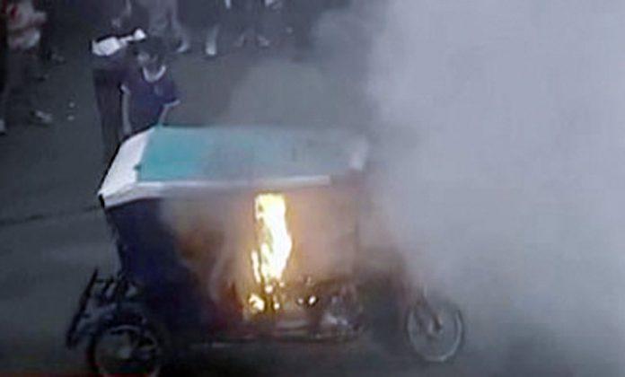 Vecinos incendiaron mototaxi de delincuentes