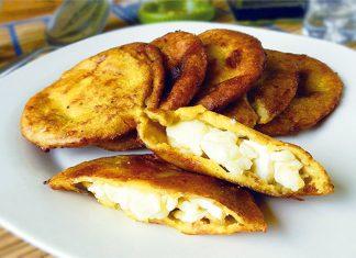 Pasteles de plátano rellenos con queso