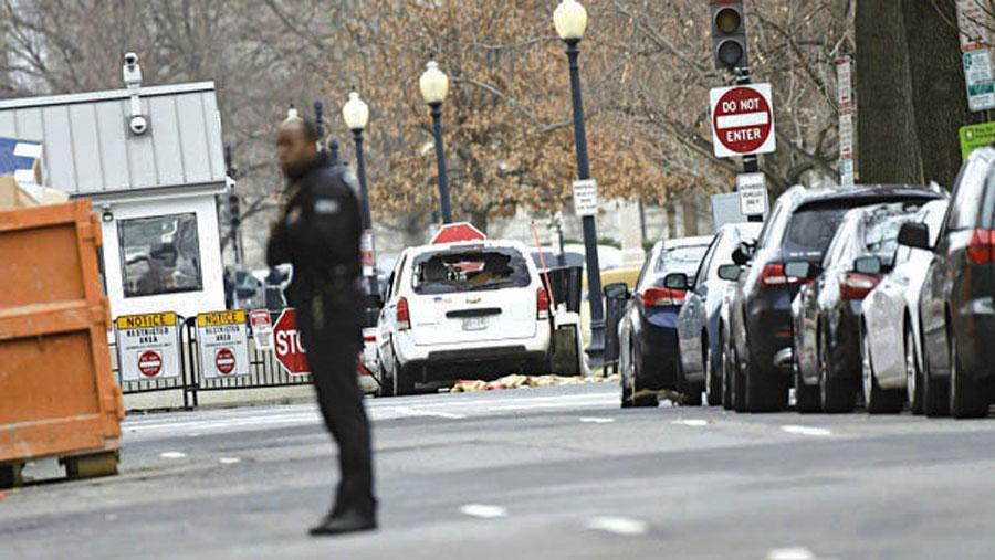 Mujer choca auto contra Casa Blanca