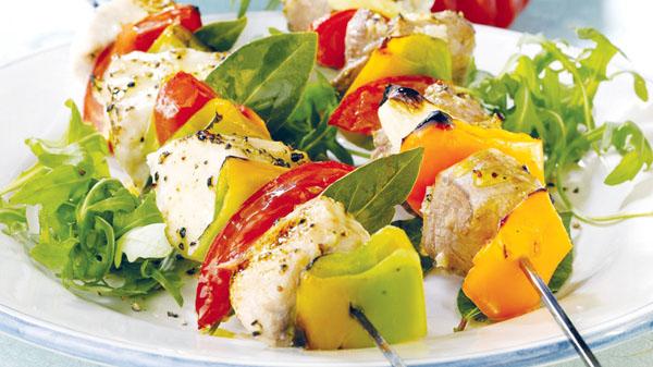 Brocheta de pescado y tomates y pimientos