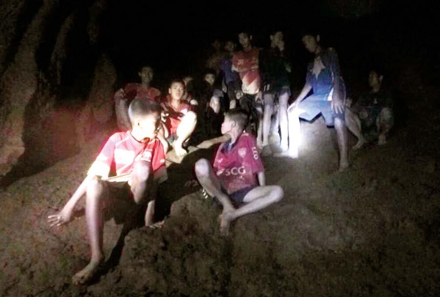 12 niños y su entrenador de fútbol permanecen atrapados en una cueva de Tailandia