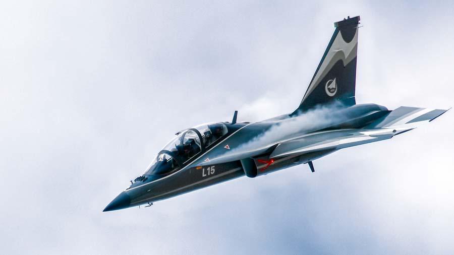 Morales fue informado de las características y prestaciones del caza entrenador/ataque ligero supersónico L15 Falcon
