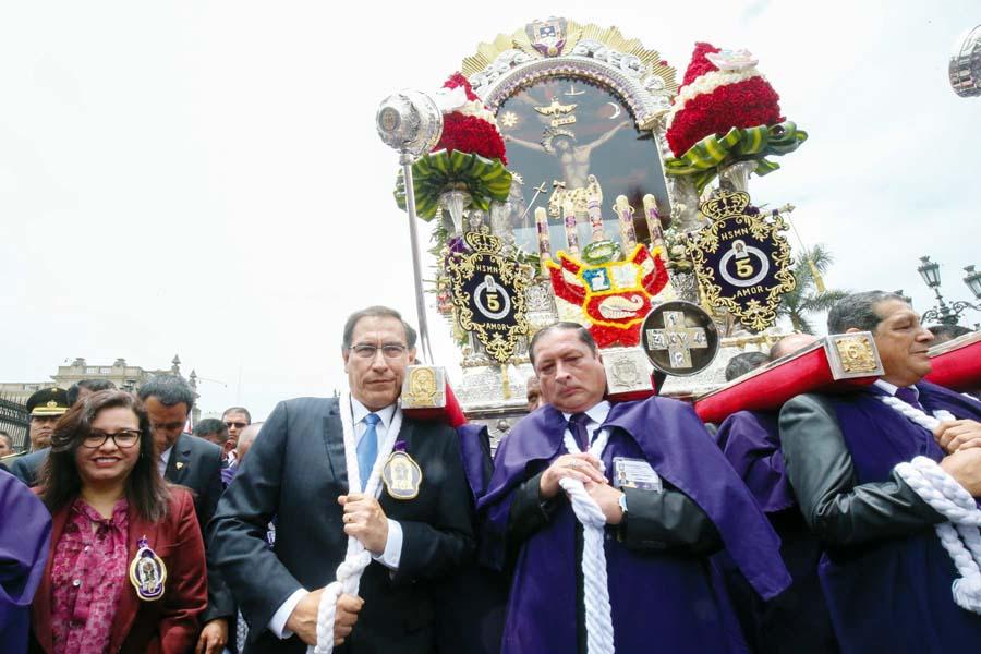 Sagrada imagen llegó a Palacio de Gobierno y fue cargado por presidente Martin Vizcarra