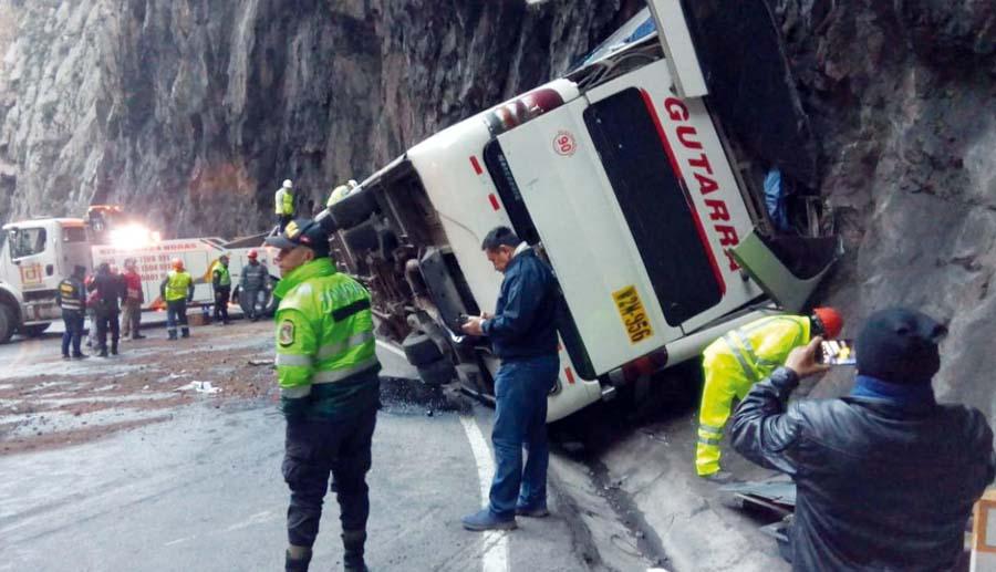 Cae bus al abismo y deja 10muertos en Carretera Central