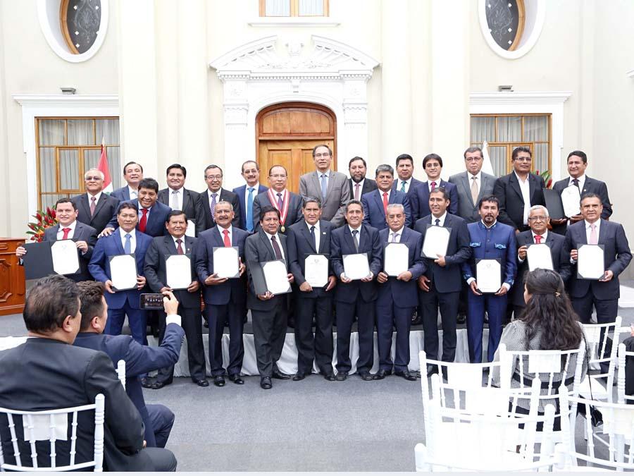 Entregan credenciales a 25 gobernadores regionales