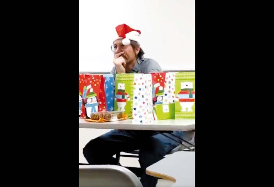 Profe organiza fiesta de navidad a sus alumnos y nadie asiste a clases