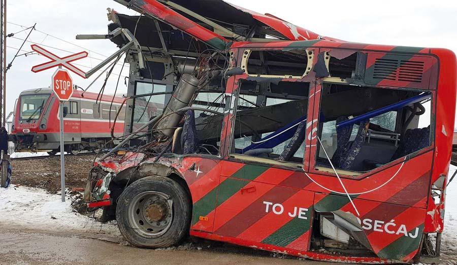 Tragedia en choque de tren y movilidad escolar