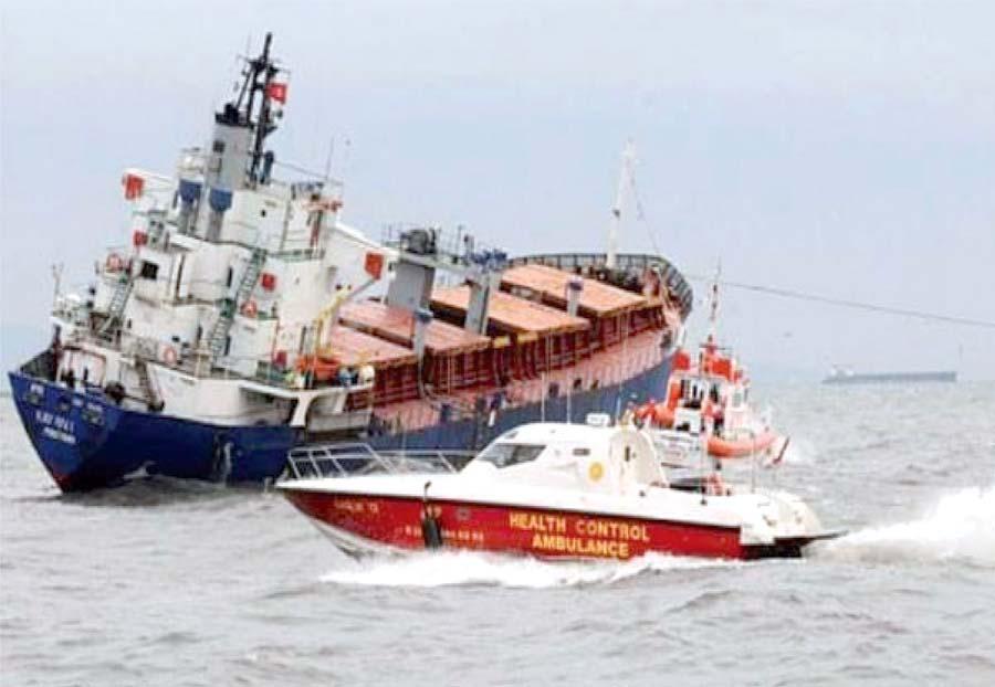 2 muertos y 4 heridos al hundirse un carguero