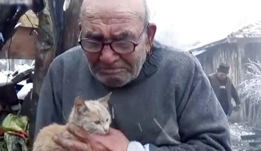 Anciano llora tras descubrir que su hijo vendió su casa