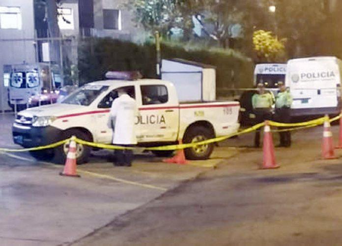 Mujer que iba en patrullero manipula arma de policías y se suicida