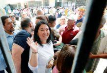 Keiko Fujimori fue a votar ayer a la Institución Educativa Abraham Roldán Poma ubicada en el distrito de Santiago de Surco