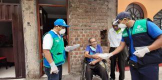 Personal municipal reparte comida a población vulnerable
