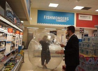 Mujer compra en el super dentro de una pelota inflable (Foto: Newsflare)