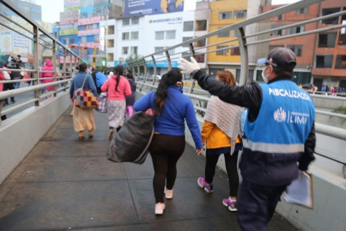 Retiran a ambulantes de la Av. Grau por no respetar aislamiento