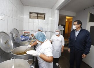 Vizcarra reconoce labor de directora de comedor popular