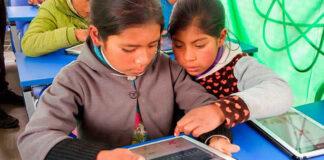 Entregan tablets a docentes y alumnos