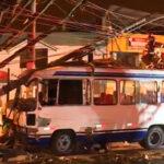 Bus choca con poste y deja 5 heridos en horario de inmovilización