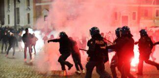 Con palos y piedras italianos protestaron contra nuevas medidas por el coronavirus