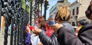 Fieles se congregan en exteriores de la iglesia Las Nazarenas