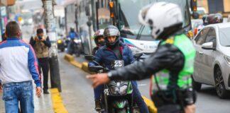 Multan a motociclistas por invadir ciclovías
