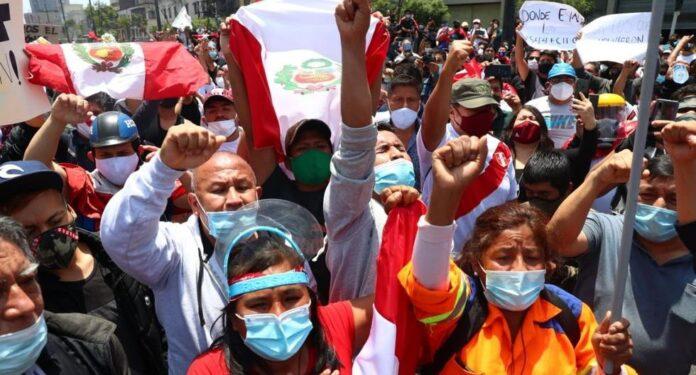 Peruanos celebran en las calles renuncia de Manuel Merino