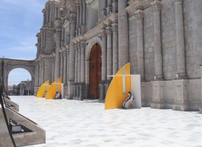 Instalan confesionarios en atrio de catedral de Arequipa