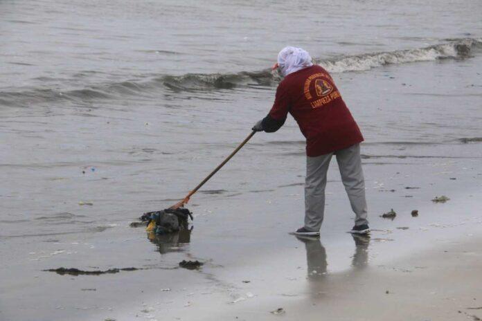 Retiran desechos de la playa La Caleta de Chimbote