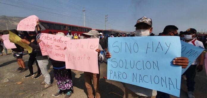 Trabajadores agrarios bloquean la Panamericana Norte
