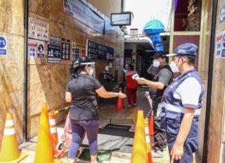 Instalan contómetros para impedir aglomeraciones en mercados