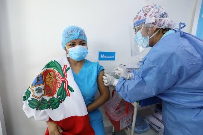 Personal médico recibe segunda dosis de vacuna COVID-19