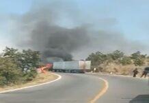 """Incendian dos camiones de carga para realizar """"pase"""" de droga en México"""