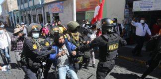 En plaza de Arequipa intervienen a cinco manifestantes por causar alborotos
