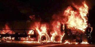 Bus arde en llamas y se salvan 51 pasajeros